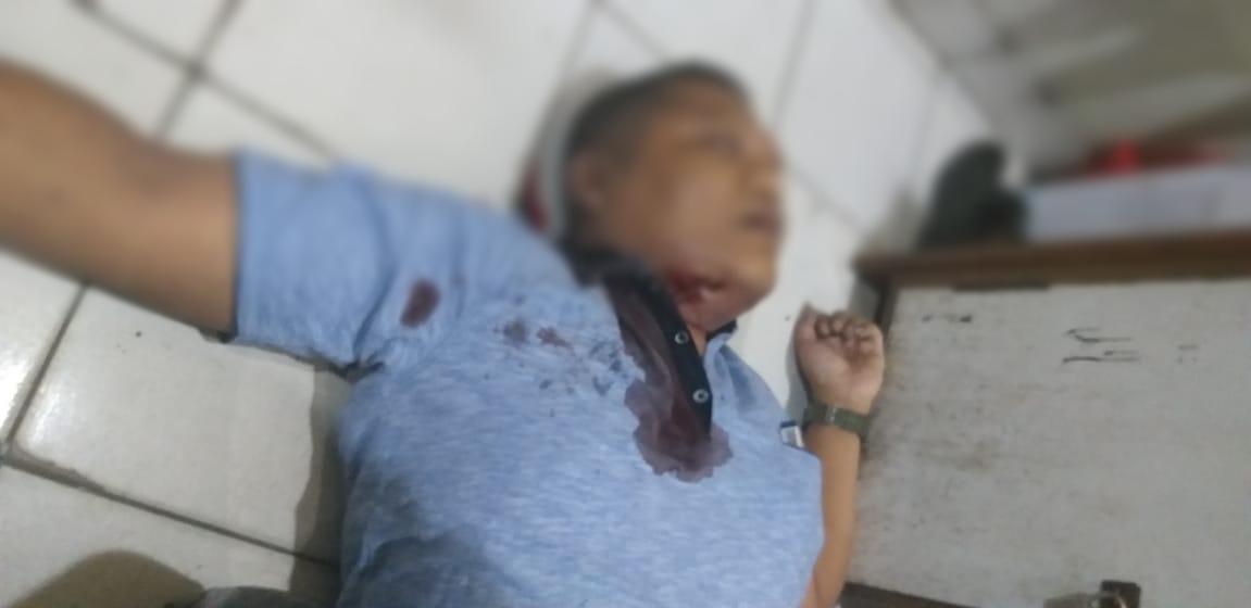 Bripka Rahmat Effendi tergeletak bersimbah darah usai dihujani peluru oleh Brigadir Rangga. Motif penembakan ini adalah emosi (ist)