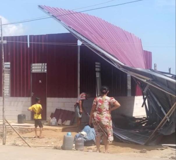 Rumah milik Ernawati, Warga Dusun Patengge, Desa Baliara Selatan, Kecamatan Kabaena Barat, Kabupaten Bombana yang rusak akibat diterjang angin, Senin (39/7/19) sekitar pukul 10.00 Wita. (Foto : Istimewa)