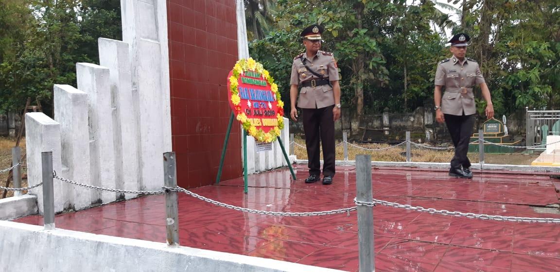 Kompol Muhadi Walam saat memimpin Upacara Penghormatan di TMP Lameroro