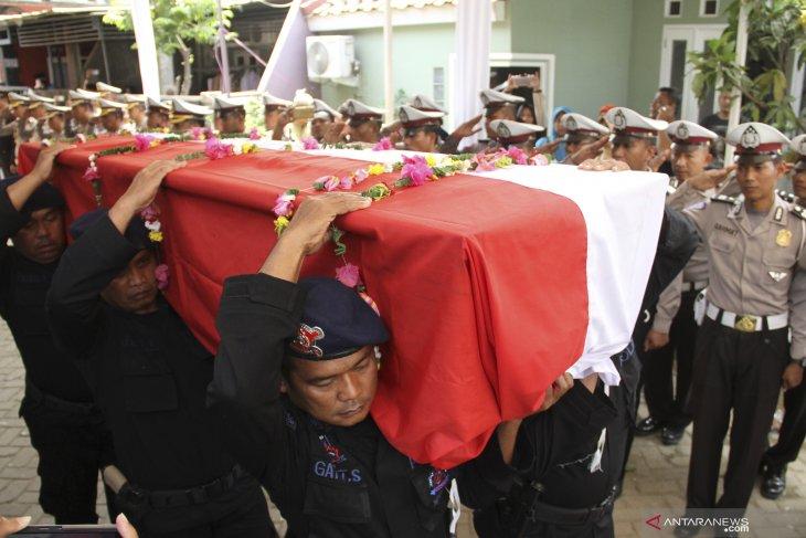 Personel kepolisian membawa jenazah Bripka Rahmat Effendy untuk dimakamkan di Rumah Duka Tapos, Depok, Jawa Barat, Jumat (26/7/2019). Bripka Rahmat Effendy tewas setelah ditembak sesama anggota polisi Bripda RT di Polsek Cimanggis Depok. ANTARA FOTO/ Asprilla Dwi Adha/wsj.