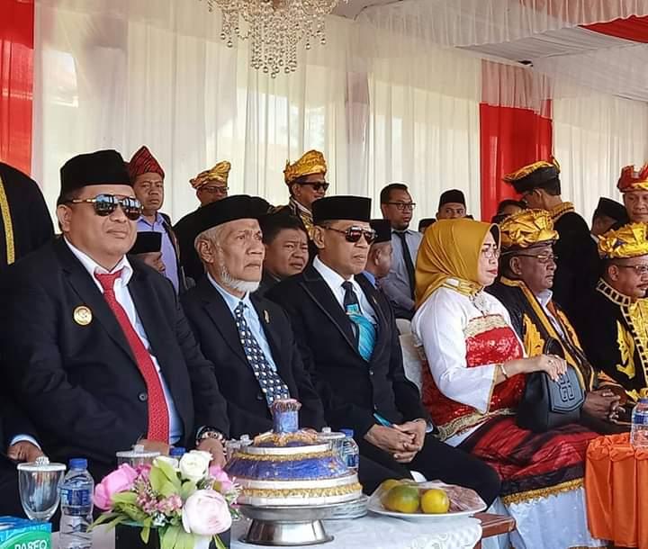 Bupati Muna (kiri) saat menghadiri Upacara HUT ke 5 Kabupaten Buteng