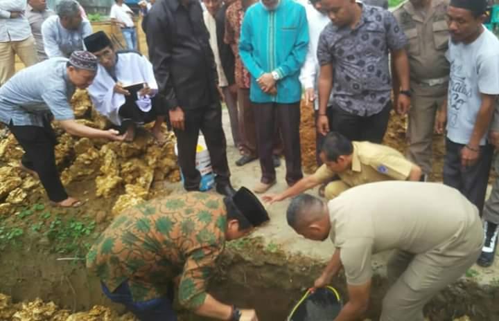 Rusman Emba, saat meletakkan batu pertama pembangunan masjid Al-Haq