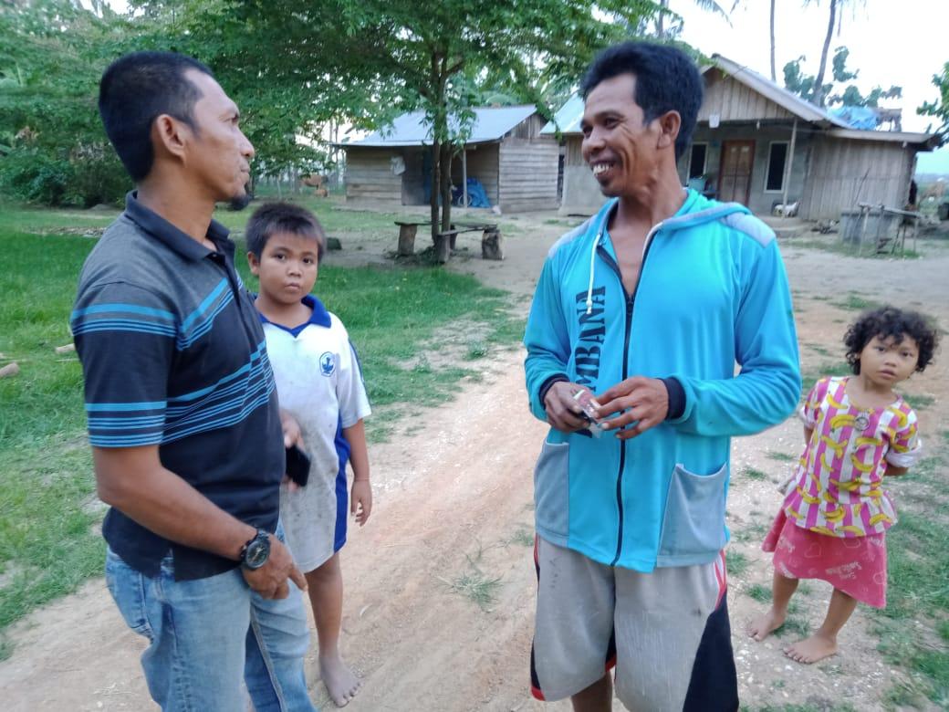 Ansar Achmad, Ketua Divisi Investigasi LSM-Perisai Kabupaten Bombana saat berkunjung ke masyarakat