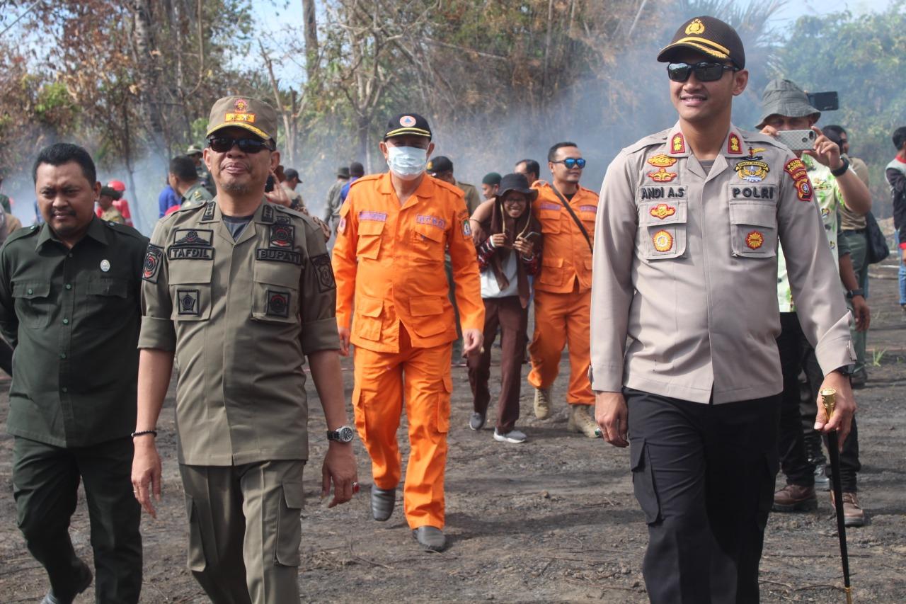 Kapolres (kanan) bersama Bupati (tengah) dan Ketua DPRD Bombana (kiri) usai Apel Siaga Karhutla, Kamis (15/08/2019).