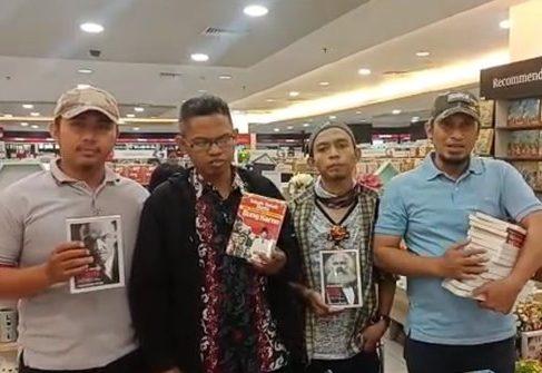 Sweeping Gramedia Makassar Cari Buku Marxis dan Lenin (foto : Merdeka)