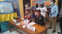 Kapolres Muna, AKBP Debby Asri Nugroho didampingi Kasat Narkoba, IPTU Hamka memperlihatkan tersangka dan BB. Foto : Borju