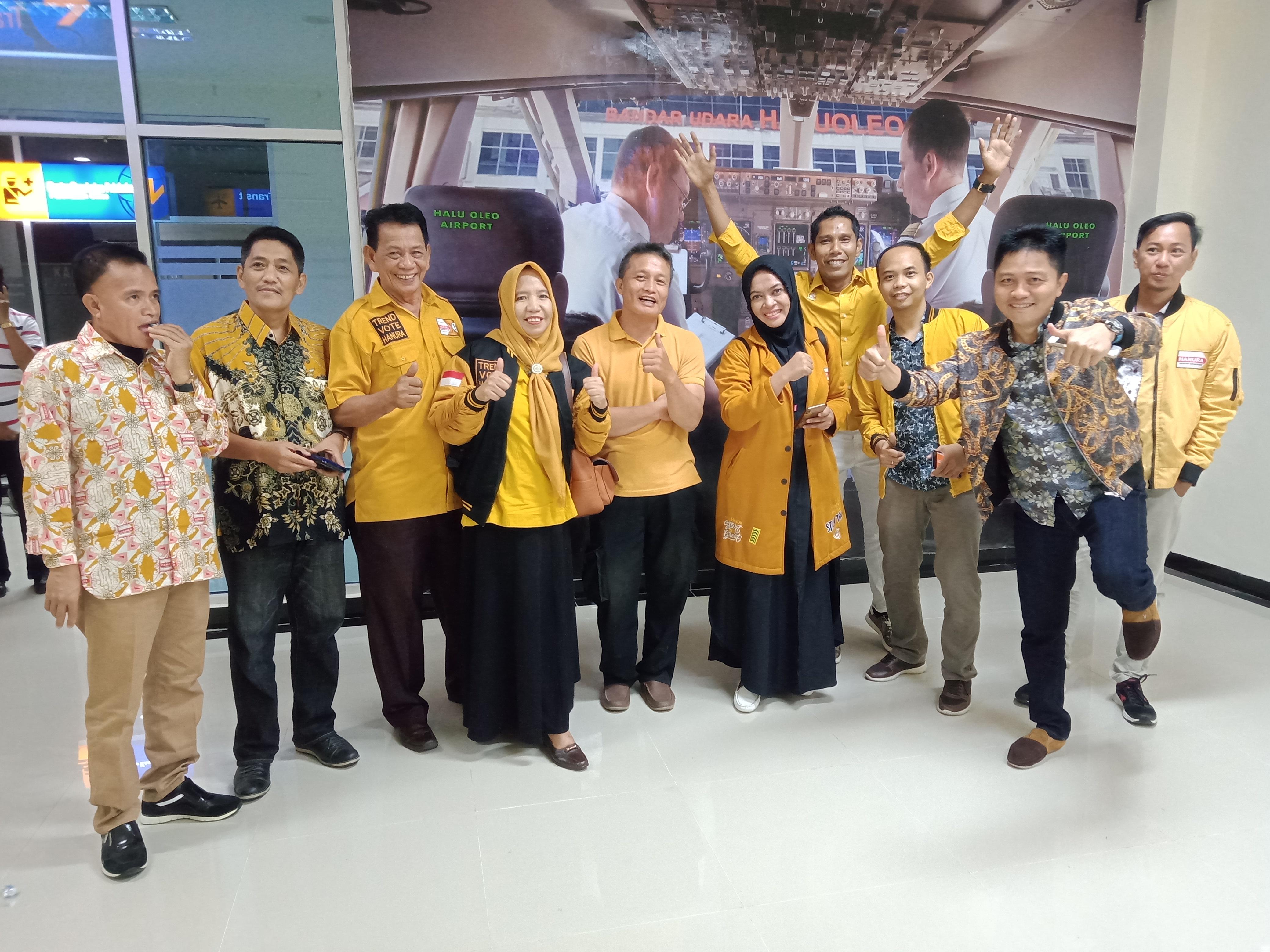 Ketua DPD Partai Hanura, Wa Ode Nurhayati bersama Rombongan Saat menjemput Waketum DPP Partai Hanura di Bandara Haluoleo Kendari