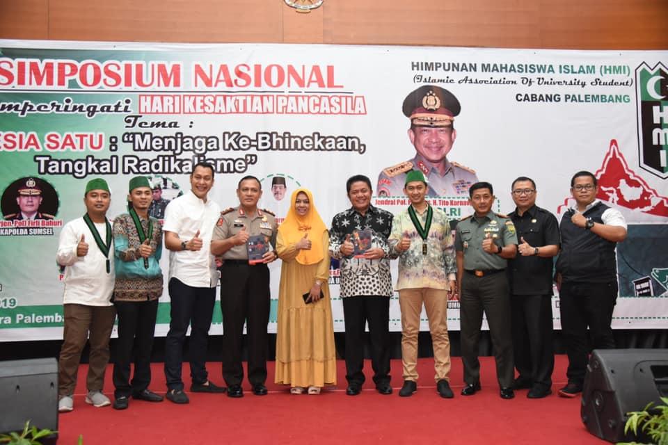 Wa Ode Nurhayati (tengah berhijab) saat menjadi pembicara Simporsium Nasional di Palembang baru baru ini. (Foto : Akun Pribadi WON)