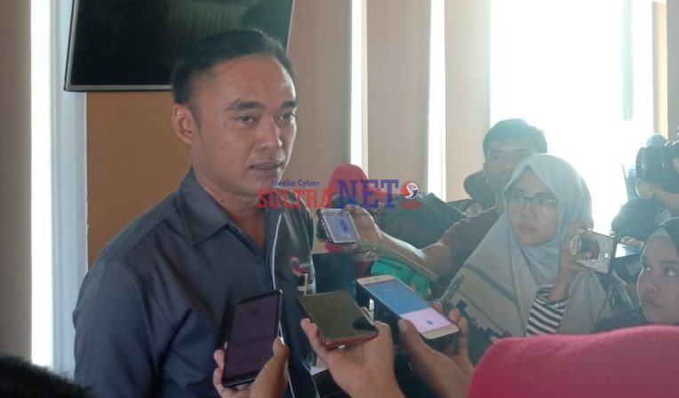 Ivan Pudya Sumanta, Marketing Manager Kumala Group Cabang Kendari saat menggelar Konferensi Pers