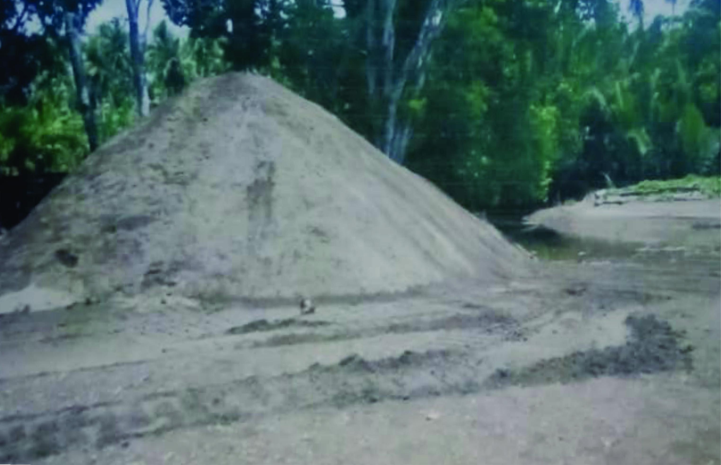 Tumpukan Pasir Kegiatan Penambangan Pasir Ilegal di Desa Puununu