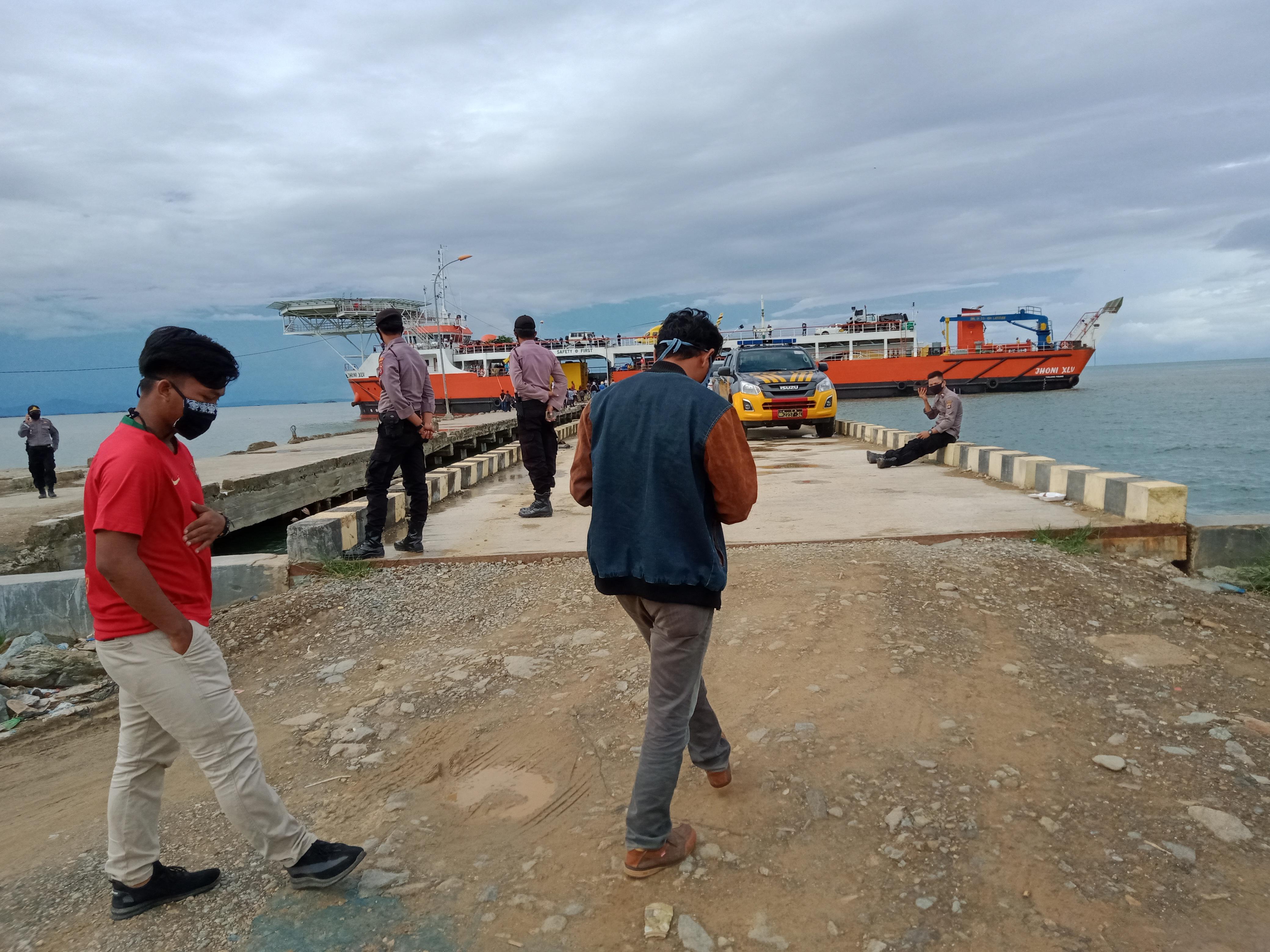 kapal Pengangkut Kendaraan milik PT. Jhonlin saat sandar di Pelabuhan Rakyat Kasipute