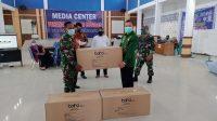 Pabung Bombana saat menyerahkan Bantuan APD kepada Satgas Kabupaten Bombana