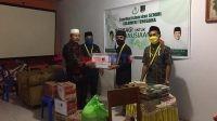 Semmi Sultra saat menyerahkan Bantuan ke Muallaf Centre