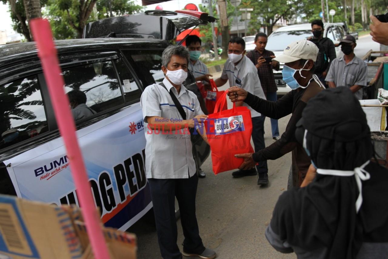 Karyawan Perum Bulog saat membagikan Paket Sembako Gratis