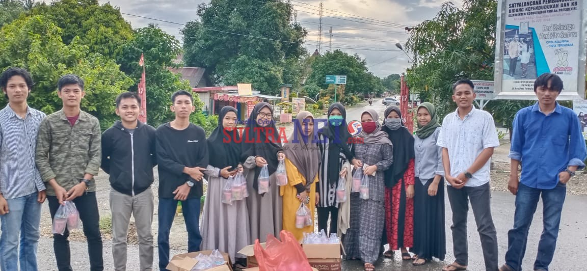 Pengurus IMPPAK Komisariat Samaturu saat membagikan Takjil pada warga
