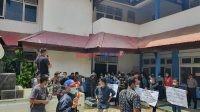 Puluhan Massa Aksi saat menggelar unjuk rasa didepan Kantor Dinas ESDM Sultra