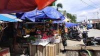 Serda TNI Salahudin saat Sosialisasi di Pasar Lombe