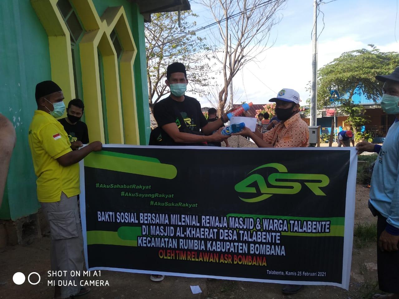 Relawan ASR saat menyerahkan sejumlah Bantuan pada Pengurus Masjid