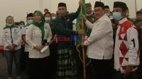Ketua DPC PKB Bombana saat menerima Pataka dari Ketua DPW PKB Sultra