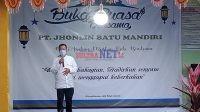 Direktur PT. JBM, H. Kusdi Sastro Kidjan saat memberikan sambutan pada acara Buka Puasa Bersama karyawan PT. JBM dan Santri di Panti Asuhan dan Ponpes Muslim Muhammadiyah Bombana.