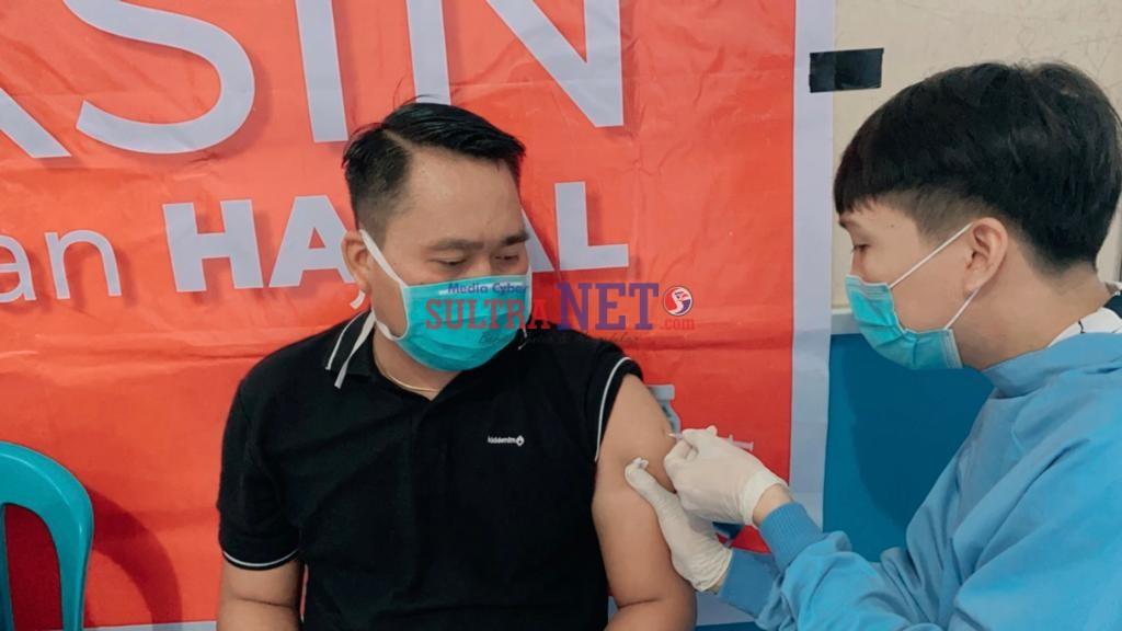 Tokoh Pemuda Bombana, Sukman Asdam saat di Vaksin