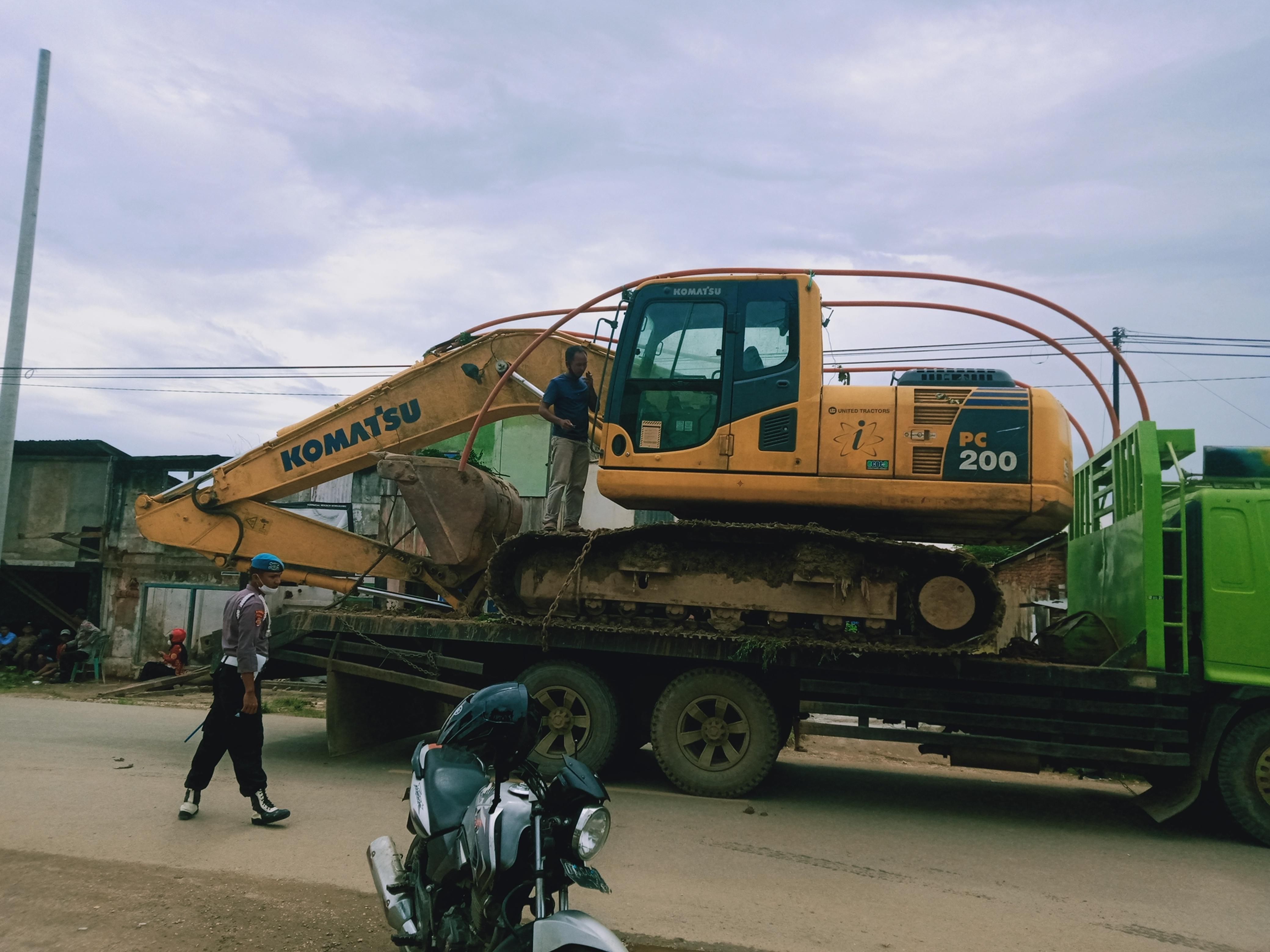 Satu Unit alat berat diturunkan untuk melakukan penggusuran di lokasi Eks pasar lama Kasipute