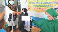 Kepala Desa Lantari, Ovi Asrofi saat dilakukan Vaksin