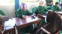 Foto : Petugas melakukan pemeriksaan sebelum dilakukan Vaksin