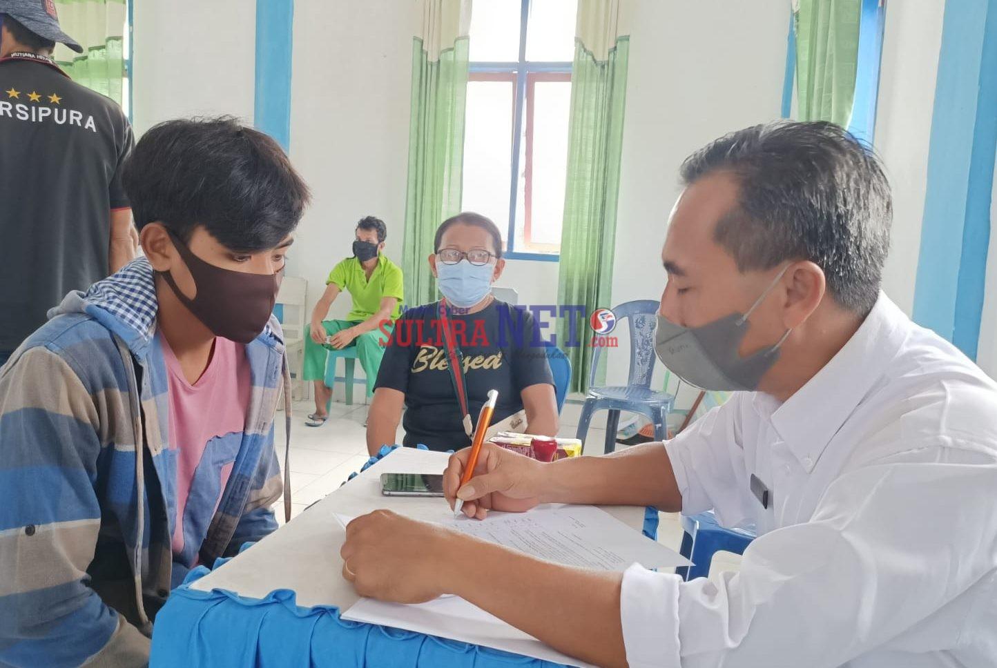 Kepala Puskesmas Rumbia, Rahmat AMK, S.Si saat Mendata Warga Untuk Divaksin