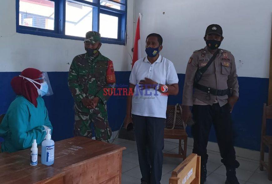 Camat Rarowatu, Zakir, S.Pd [tengah] saat pantau langsung kegiatan vaksinasi