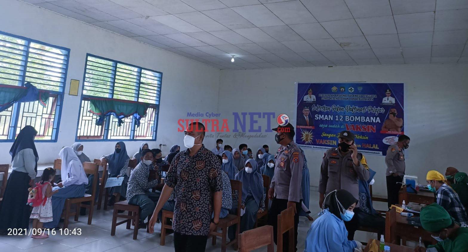 Kepala Sekolah SMAN 12 Bombana, Amal Sulaeman, S.Pd saat meninjau pelaksanaan vaksinasi di sekolahnya