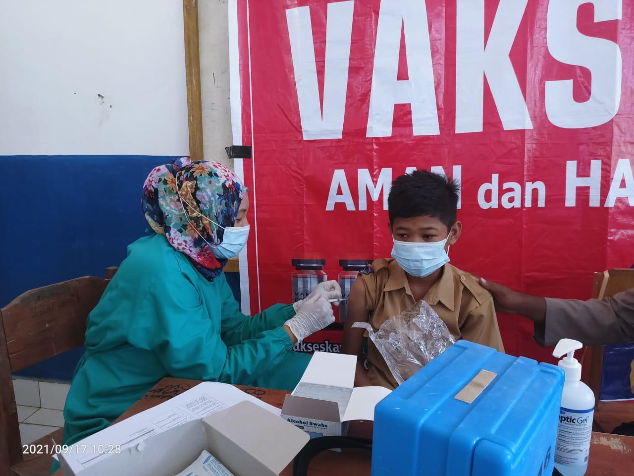 Pelajar SMPN 6 Rarowatu saat di vaksin