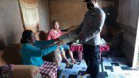 Anggota Polsek Lantari Jaya saat menyerahkan bantuan Sembako pada warga