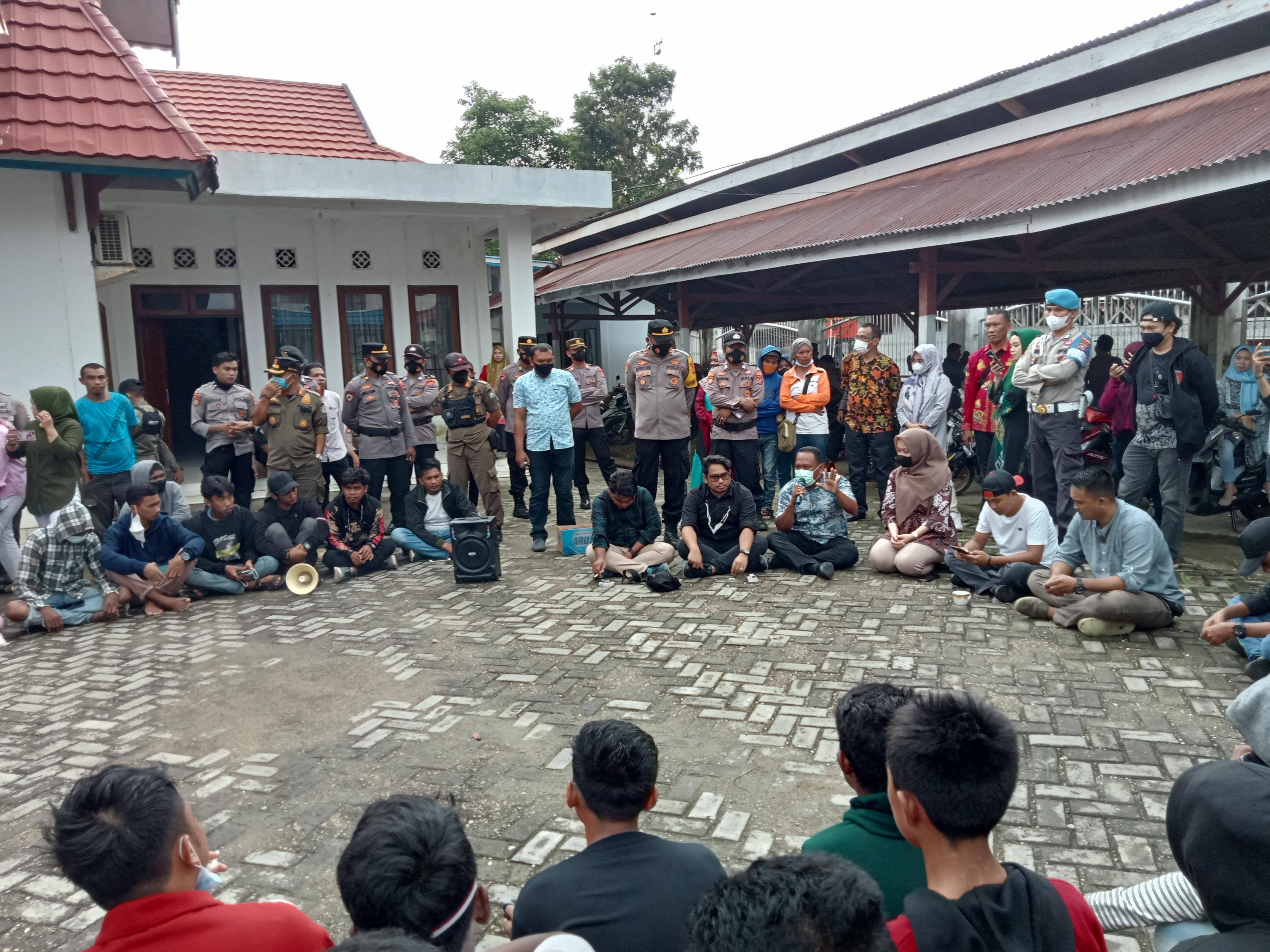 Anggota DPRD saat menerima massa aksi di Halaman Kantor DPRD Bombana