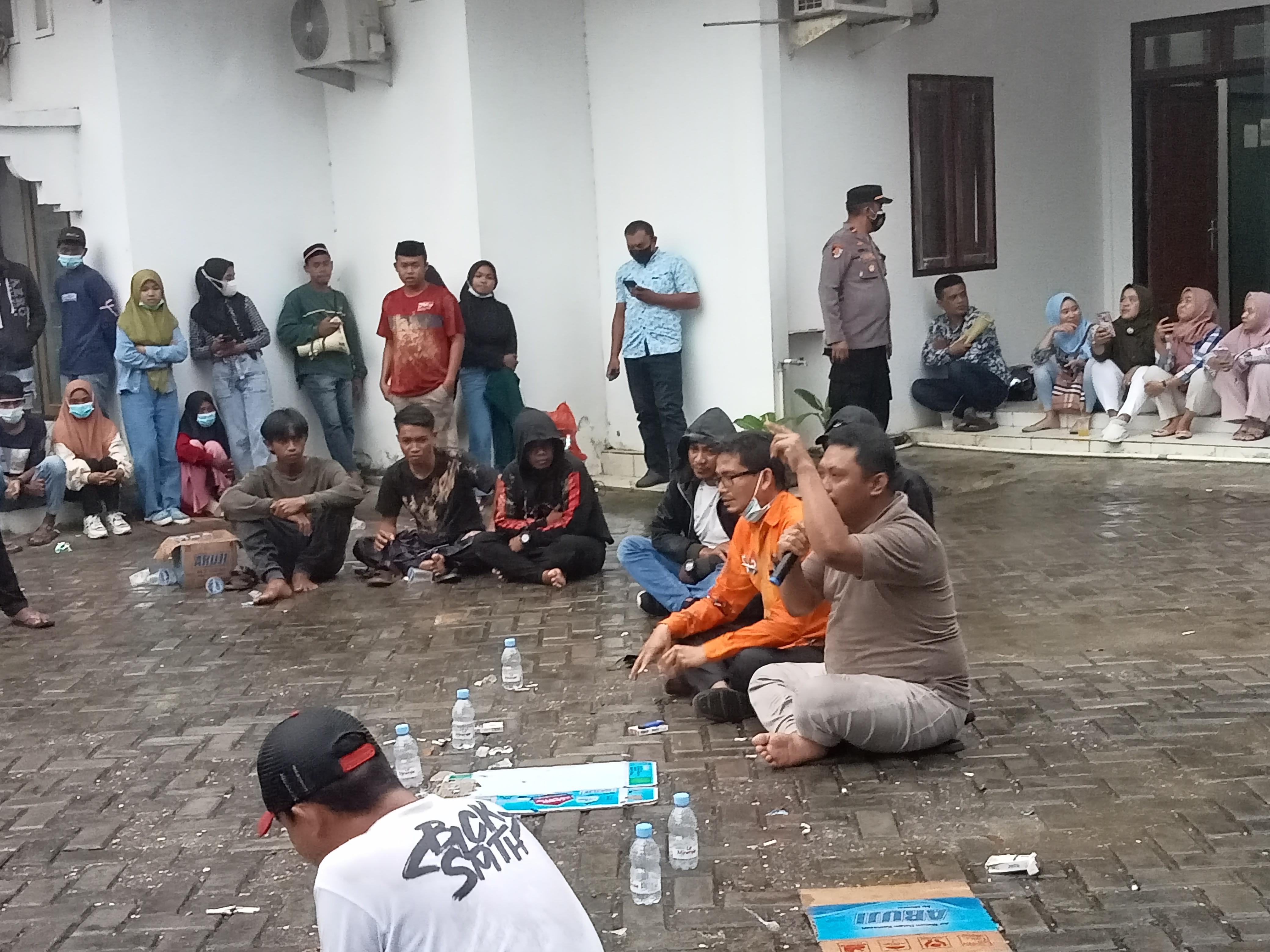 Meski diguyur hujan, Aleg dan Peserta Aksi tetap bertahan di halaman Kantor DPRD