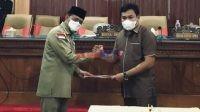 Bupati Bombana H. Tafdil [Kiri] dan Ketua DPRD Bombana. Arsyad, S.Pd., MH [Kanan]