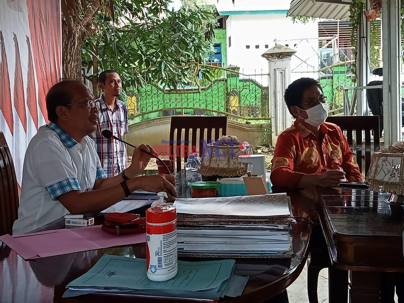 Bupati Bombana (kanan) didampingi Sekretaris DLH. Makmur Darwis (kanan) saat 'zoom meeting' Pengelolaan Persampahan Terpadu Nasional