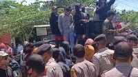 Massa Aksi saat berorasi di Depan Kantor Bupati Bombana